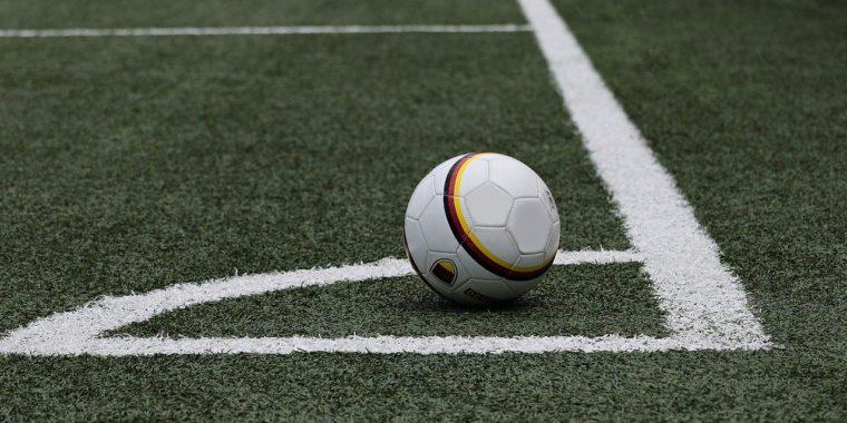 Jakie warunki może zapewnić zadaszone boisko?